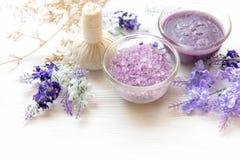 Purpurfärgad lavendelaromatherapy Spa med salt och behandling för kropp Thailändska Spa kopplar av massage royaltyfria bilder