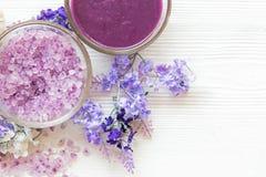 Purpurfärgad lavendelaromatherapy Spa med salt och behandling för kropp Thailändska Spa kopplar av massage royaltyfri fotografi