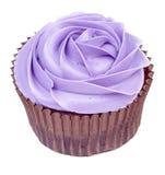 Purpurfärgad muffin i den isolerade rosformen Arkivbild