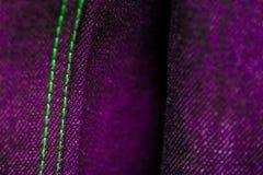 Purpurfärgad och grön grov bomullstvill med att sy arkivbilder