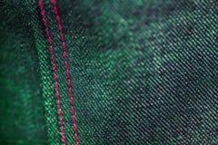 Purpurfärgad och grön grov bomullstvill med att sy fotografering för bildbyråer
