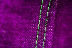Purpurfärgad och grön grov bomullstvill med att sy royaltyfri bild