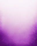 Purpurfärgad och vit bakgrund med grunge för mörk svart gränsar och den molniga stormiga himmeldesignen för lutning av krickafärg Arkivbilder