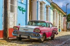 Purpurfärgad och vit klassisk kolonial byggnad för amerikanare och för blått i gator av Trinidad Arkivbild