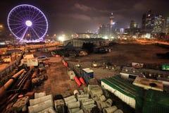 Purpurfärgad pariserhjul och konstruktion i Hong Kong vid natt Arkivbild