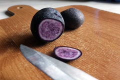 Purpurfärgad potatis arkivbilder