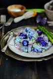 Purpurfärgad potatissallad för yoghurt Arkivbilder