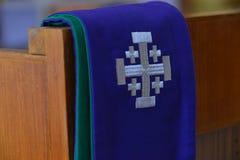 Purpurfärgad präststola som används för bikter arkivbild
