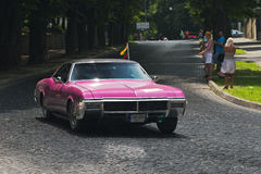 Purpurfärgad retro bil på loppspåret av den Leopolis granda prixen Royaltyfria Bilder