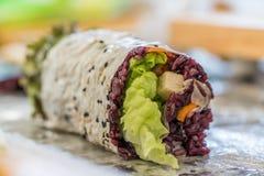 Purpurfärgad rissushirulle med den tofumango och avokadot för ett strikt vegetariansushimål royaltyfria bilder