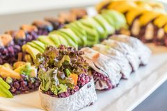Purpurfärgad rissushirulle med mango och avokadot för ett strikt vegetariansushimål royaltyfri fotografi
