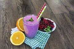 Purpurfärgad smoothie med skogfrukter sund livstid för begrepp fotografering för bildbyråer