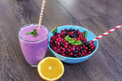 Purpurfärgad smoothie med skogfrukter sund livstid för begrepp royaltyfri bild