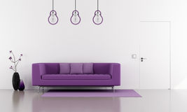 Purpurfärgad soffa i en minimalist vit vardagsrum Royaltyfria Bilder