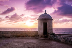 Purpurfärgad solnedgång över den defensiva väggen - Cartagena de Indias, Colombia Royaltyfria Foton