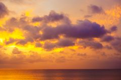 Purpurfärgad solnedgång över havet royaltyfria foton