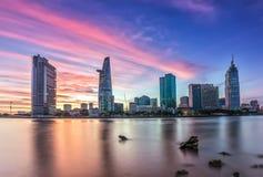 Purpurfärgad solnedgång över Ho Chi Minh City, Vietnam Royaltyfria Bilder