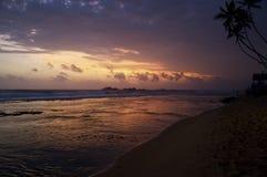 Purpurfärgad solnedgång ovanför havet Arkivfoto