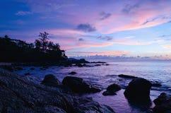 Purpurfärgad solnedgång på den exotiska stranden, Phuket, Thailand Royaltyfri Fotografi