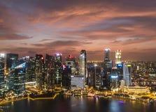 Purpurfärgad solnedgång på den Singapore staden Fotografering för Bildbyråer