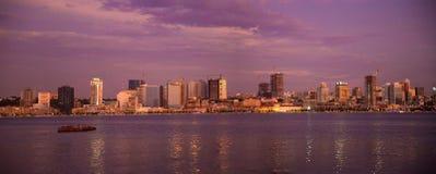 Purpurfärgad solnedgång, panorama för Luanda fjärdhorisont, Angola Cityscape, Afrika