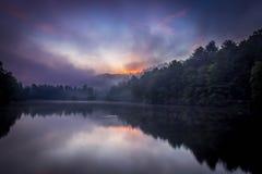 Purpurfärgad soluppgång på sjön Royaltyfri Foto