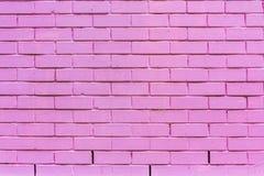 Purpurfärgad tegelstenvägg, tegelstentexturViolet Arkivbild