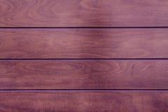 Purpurfärgad trätextur, tom wood bakgrund, knäckt yttersida Arkivfoto