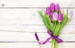 Purpurfärgad tulpanbukett över trätabellen Royaltyfria Foton