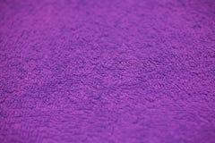 Purpurfärgad tygtextur och bakgrund för design Closeupsikt av purpurfärgad torkduketextur Abstrakt lilatextur och bakgrund Royaltyfria Bilder