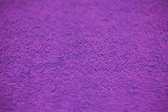 Purpurfärgad tygtextur och bakgrund för design Closeupsikt av purpurfärgad torkduketextur Abstrakt lilatextur och bakgrund Royaltyfria Foton