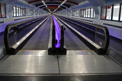 Purpurfärgad upplyst travelator Royaltyfri Foto