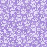 Purpurfärgad vovvePaw Print Tile Pattern Repeat bakgrund Royaltyfria Foton