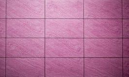 Purpurfärgade bakgrundstegelplattor Arkivfoto