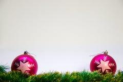 Purpurfärgade bollar och tillbehör för jul på en vit bakgrund Arkivbild