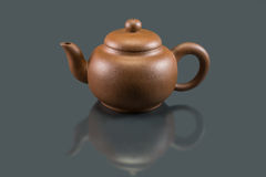 Purpurfärgade Clay Teapot Royaltyfri Bild