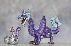 Purpurfärgade Dragon Figurine Protecting Its Hatching fågelungar arkivbild