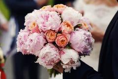Purpurfärgade för dyr elegant bröllopbukett rosa och orange rosor c Arkivbild