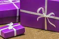 Purpurfärgade gåvor Royaltyfria Foton