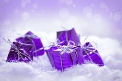 Purpurfärgade gåvor Royaltyfri Foto