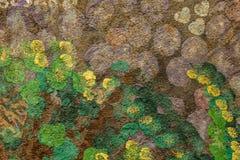 Purpurfärgade gröna och gula fläckar på den bruna betongväggen Textur för grov yttersida fotografering för bildbyråer