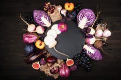 Purpurfärgade grönsaker på en träbakgrund Royaltyfri Bild