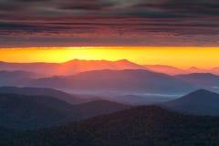 Purpurfärgade Haze Sunrise Blue Ridge Mountains NC Arkivfoto