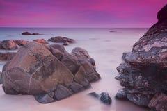 Purpurfärgade himlar över havet Royaltyfri Fotografi