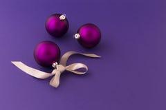 Purpurfärgade julbollar med det gråa bandet Royaltyfri Foto
