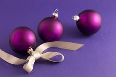 Purpurfärgade julbollar med det gråa bandet Fotografering för Bildbyråer
