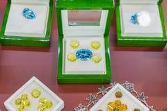 Purpurfärgade juvlar i ett fall Rubiner i ett fall royaltyfri fotografi