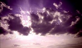 Purpurfärgade moln som är härliga? Ja är de! royaltyfri foto