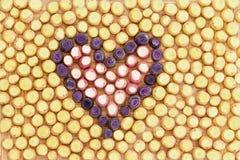 Purpurfärgade morotstycken i formen av en hjärta Royaltyfria Foton