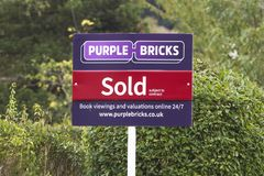 Purpurfärgade tegelstenar - UK-online-fastighetsmäklaretecken Royaltyfri Fotografi